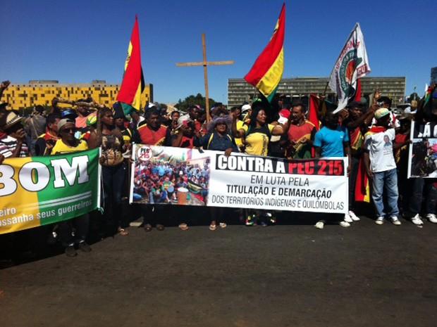 Quilombolas ocupam faixas do Eixo Monumental em solidariedade ao protesto dos indígenas (Foto: Luiza Facchina/G1)