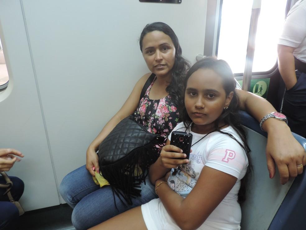 A operadora de caixa Eunice Temóteo e a filha Alice aprovam a implementação do vagão feminino no metrô do Recife (Foto: Marina Meireles/G1)