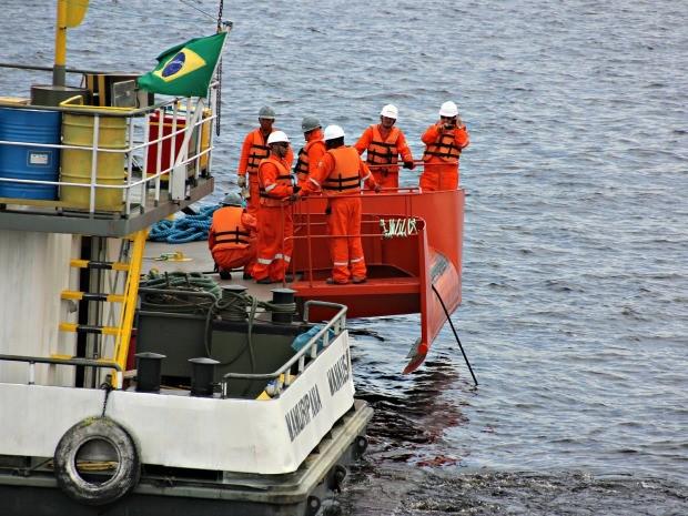 Cabo lançado no Rio Negro tem material especial para resistir até 25 anos (Foto: Adneison Severiano/G1 AM)
