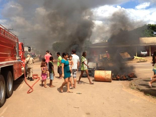 Moradores protestam por causa do curto prazo dado pelo oficial de Justiça para sair do condomínio invadido (Foto: Larissa Matarésio/G1)