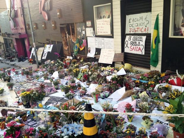 Homenagens às vítimas do incêndio na boate Kiss em Santa Maria, RS (Foto: Iara Lemos/RBS TV)