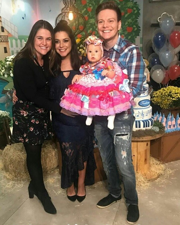 Thais Fersoza e Michel Teló com Melinda e amigos (Foto: Reprodução/Instagram)
