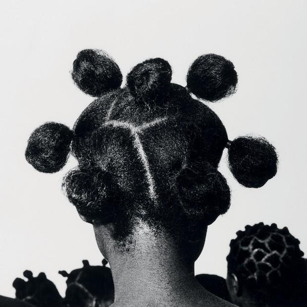 Fotografia Mkpuk Eba (1974), do nigeriano J.D. 'Okhai Ojeikere.  (Foto: Chéri Samba / Fundação Louis Vuitton ,© Maurice Aeschimann, Bridgeman Images, ©adagp Paris Harold Jean, ©Rmn-grand Palais / Mathieu Rabeau e Divulgação)