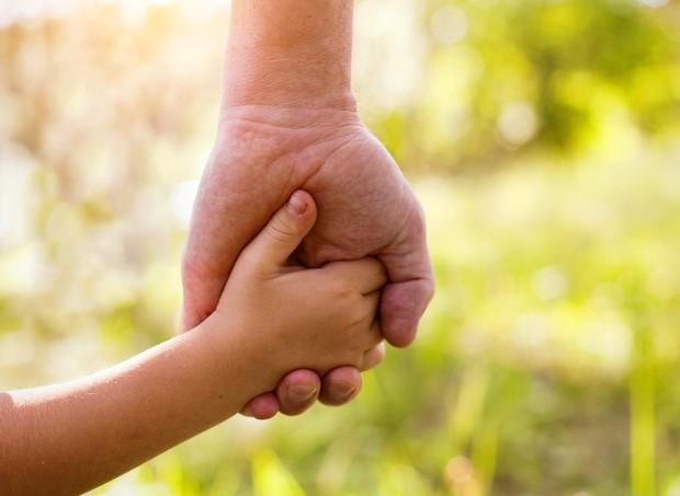 mãos dadas_criança_pai _adulto (Foto: thinkstock)