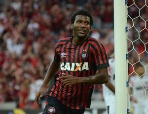 Atacante Douglas Coutinho Atlético-PR