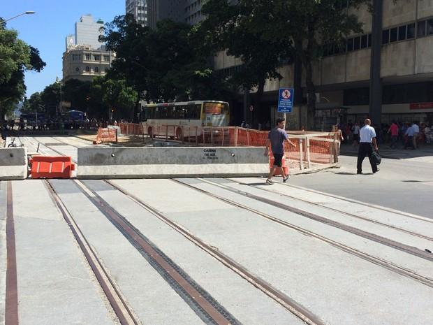 Trilhos do VLT sobre a Avenida Rio Branco (Foto: José Raphael Berrêdo / G1)