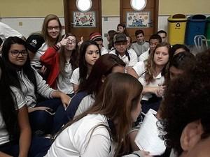 Alunos se reuniram em pátio de escola para manifestação (Foto: Rafaella Mendes/G1)