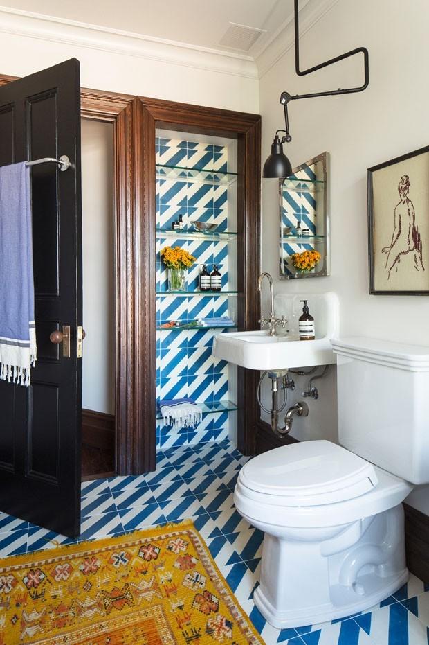 Décor do dia: geometria vintage no banheiro (Foto: FOTOS DUSTIN AKSLAND/DIVULGAÇÃO)