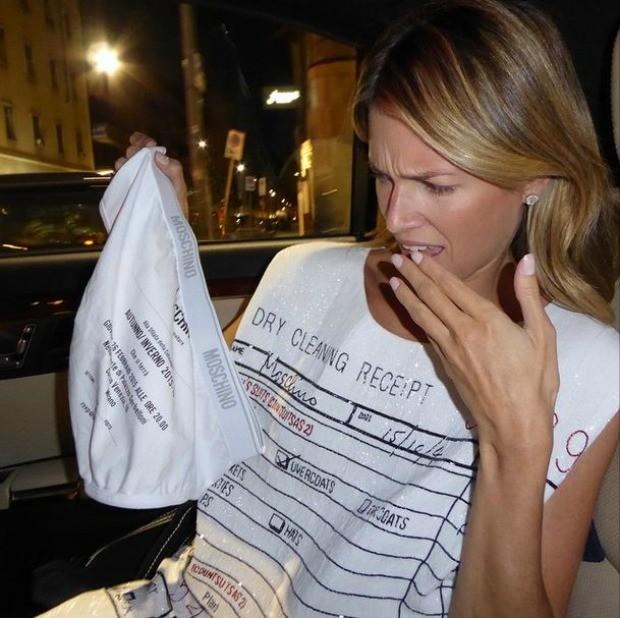 Helena Bordon tira foto engraada com convite para o desfile da grife Moschino (Foto: Reproduo/ Instagram)