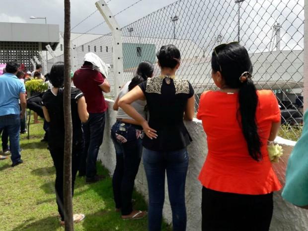 Familiares de presos acompanharam embarque para presídios federais (Foto: Adneison Severiano/G1 AM)