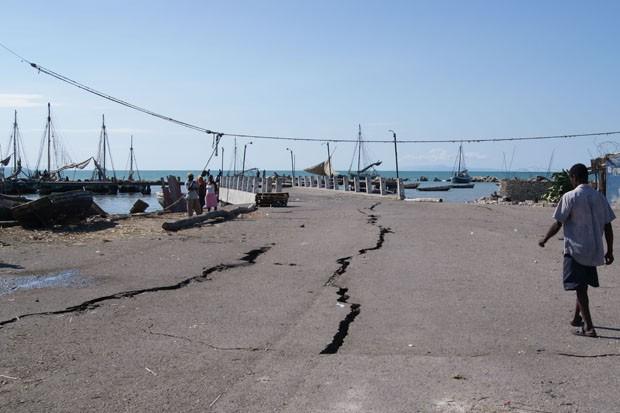 Piér da comunidade de Cité Soleil, uma das mais pobres do Haiti e localizado ao lado do porto marítimo (Foto: Tahiane Stochero/G1)