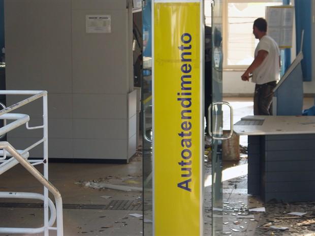 Agência em Botelhos teve dois caixas eletrônicos explodidos (Foto: Folha de Botelhos)