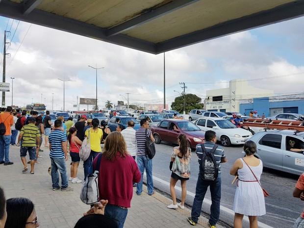 Na Avenida Tomaz Landim, uma das mais movimentadas da Zona Norte da cidade, paradas de ônibus estão cheias (Foto: Wendell Jefferson)