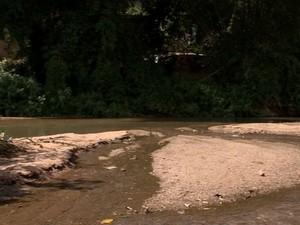 Em alguns pontos, o Rio Santa Maria virou apenas um córrego (Foto: Reprodução/TV Gazeta)