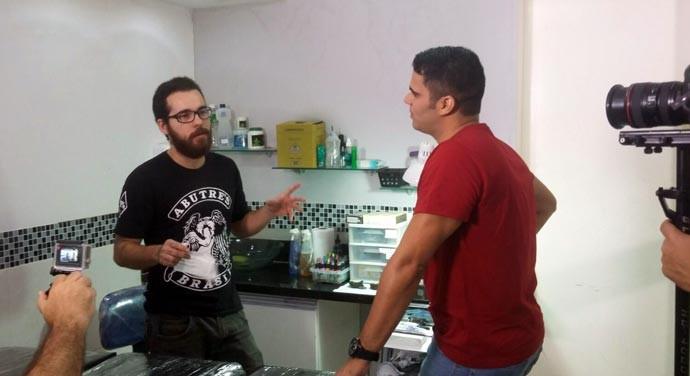 Tatuador Tiago Peres comenta sobre seus trabalhos (Foto: Gshow/Rede Clube)