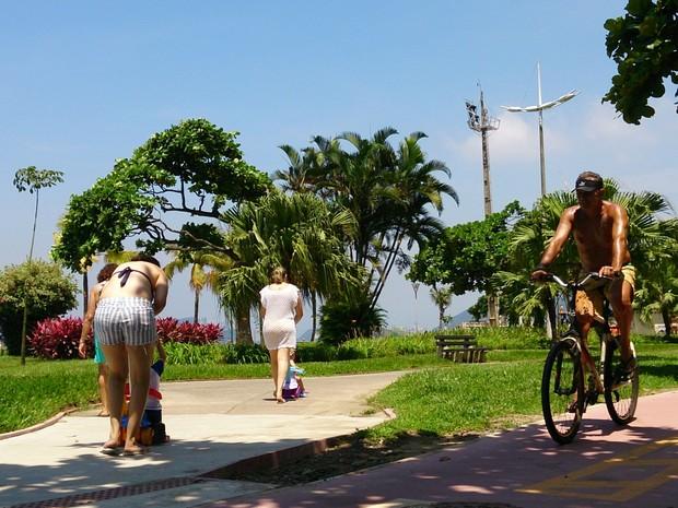 Ciclista aproveita dia de verão em Santos, SP (Foto: Orion Pires / G1)