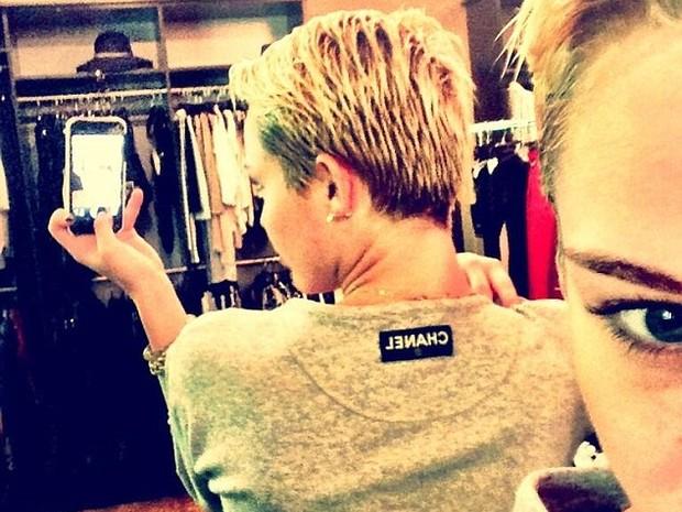 Miley Cyrus tira onda com etiqueta Chanel (Foto: Twitter / Reprodução)