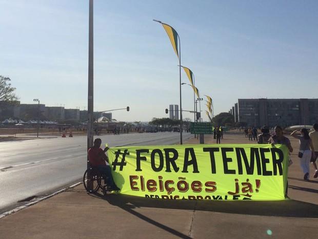 Manifestantes exigem faixa em protesto presidente Michel Temer durante desfile de 7 de Setembro em Brasília (Foto: Mateus Vidigal/G1)