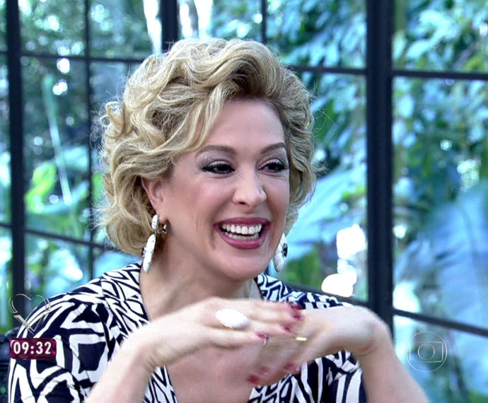 Claudia Raia escuta interpretação sobre sua borra de café (Foto: Mais Você/TV Globo)