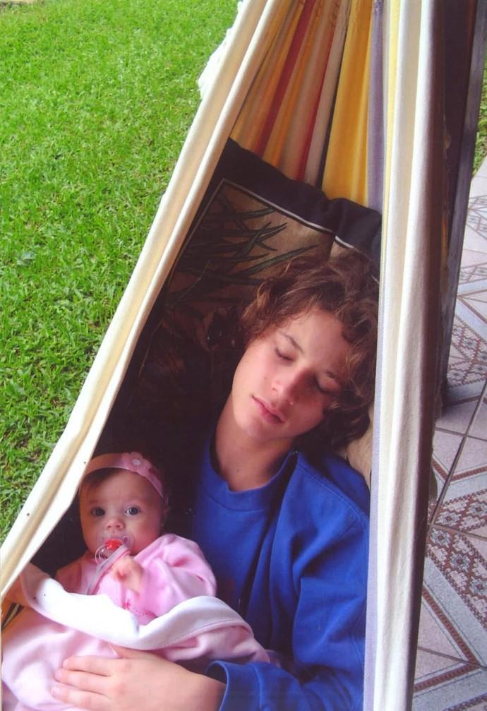 Rafa ainda bebezinha na rede com o irmão mais velho Felipe (Foto: Arquivo pessoal)