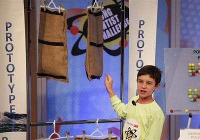Peyton Robertson mostra como funciona sua invenção (Foto: Divulgação)