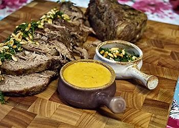 Assado preguiçoso servido com ervas frescas, pinoli e molho de pimentão  (Foto: Arquivo pessoal)