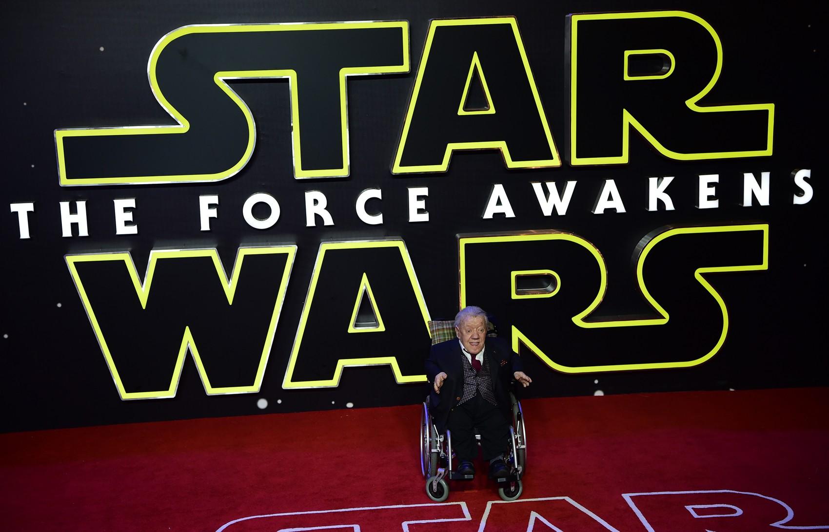 Foto de dezembro de 2015 mostra Kenny Baker, o R2-D2 de 'Star Wars', na estreia europeia de 'Star Wars: o despertar da Força' (Foto: Leon Neal/AFP)