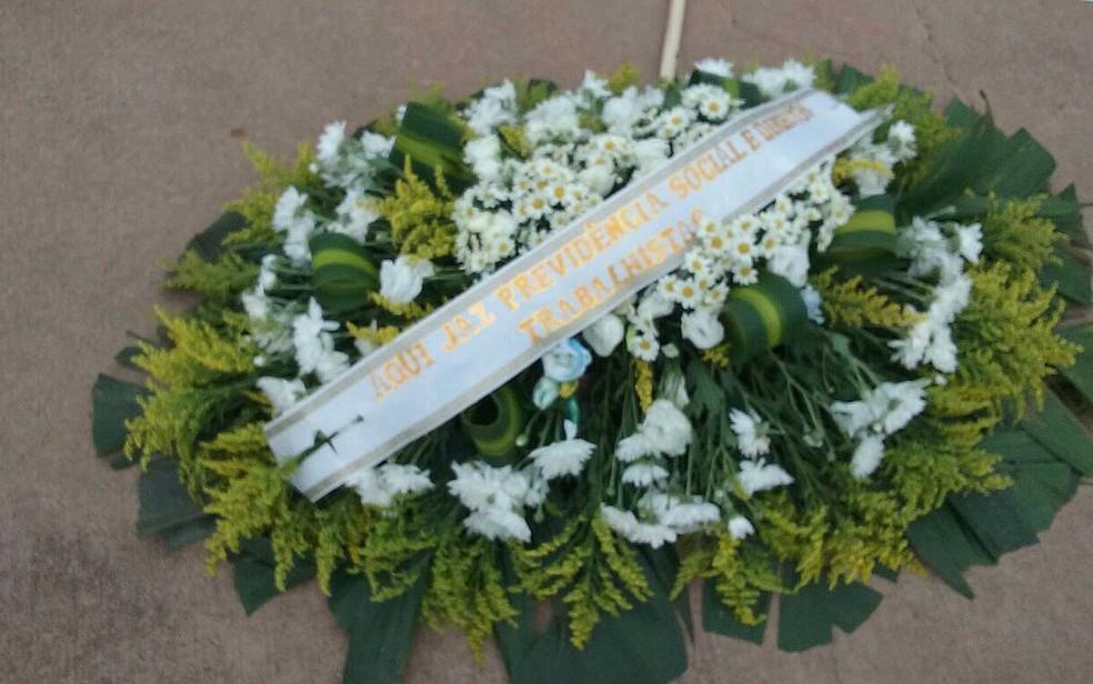 Coroa de flores levada por manifestantes contrários à PEC do teto de gastos (Foto: Luiza Garonce/G1)