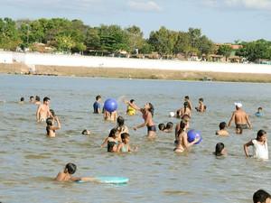 Moradores de Araguatins e turistas aproveitam as águas do Rio Araguaia para se refrescar (Foto: Luciano Ribeiro/ATN)