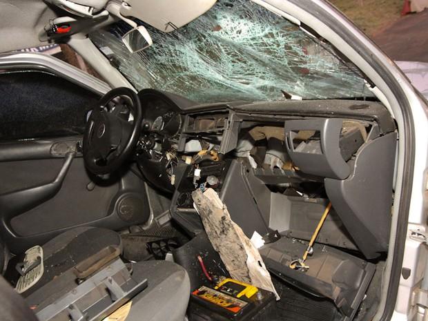 Carro fica destruído após capotagem na rodovia em São Carlos,SP (Foto: Mauricio Duch)