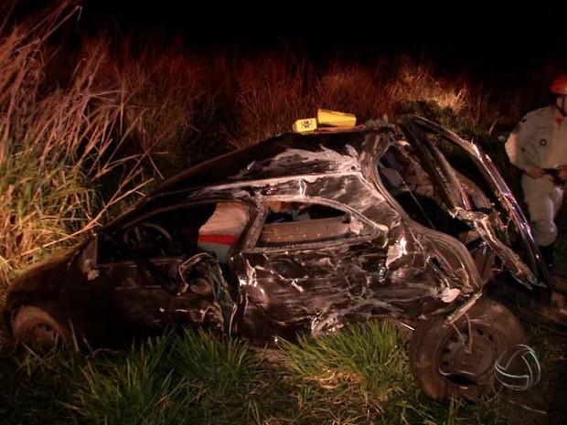 Homem fica ferido em acidente entre carreta e carro na BR-163 em Campo Grande (Foto: Reprodução/TV Morena)