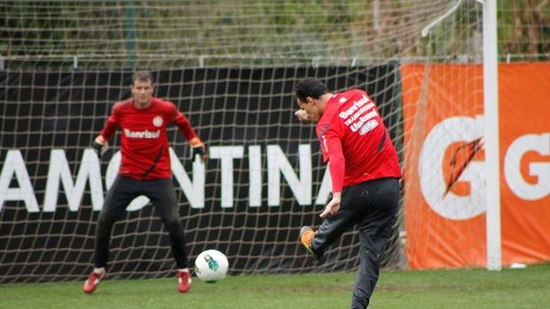 Leandro Damião participa de treino de finalizações (Foto: Diego Guichard / GLOBOESPORTE.COM)