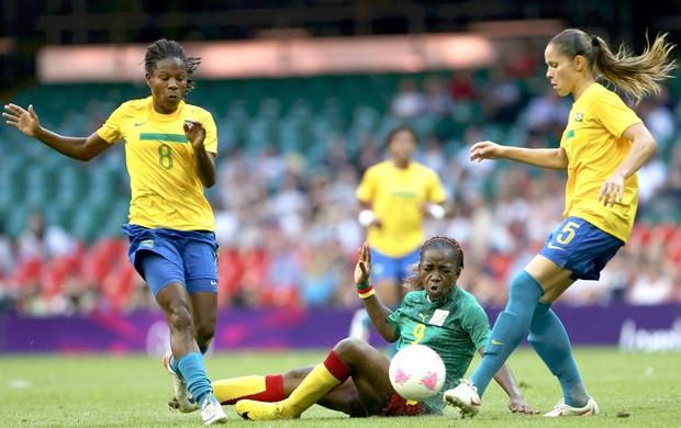 Formiga e Erika, Brasil e Camarões (Foto: Agência Reuters)