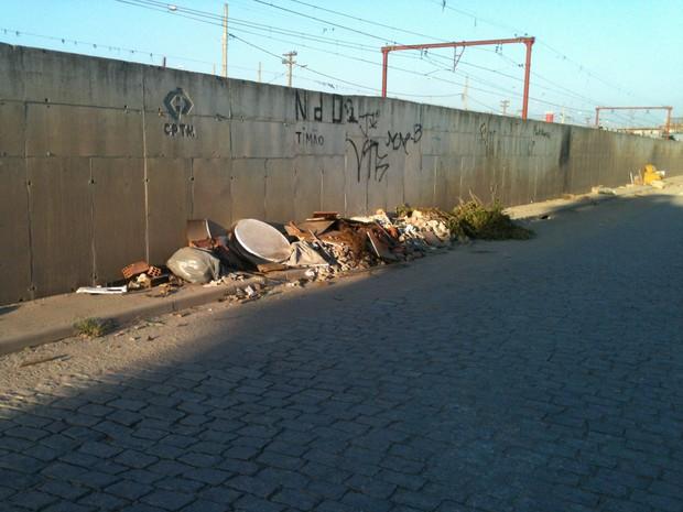 Lixo fica acumulado na calçada (Foto: Rogério Miranda Cavalcante / VC no G1)