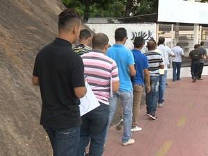 Fila para conseguir vaga de emprego em Vitória (Foto: Reprodução/ TV Gazeta)