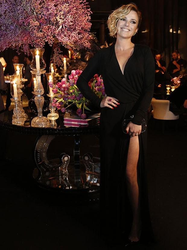 A atriz Nathália Rodrigues posa ao lado da decoração (Foto: Ellen Soares)