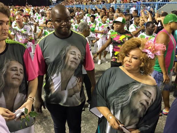 Alcione veste camisa com foto de Maria Bethânia, enredo da Mangueira (Foto: Fernanda Rouvenat / G1)