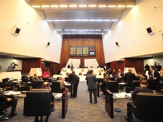 Deputados analisam emendas de reajustes proposto por Richa (Foto: Alep/Divulgação)