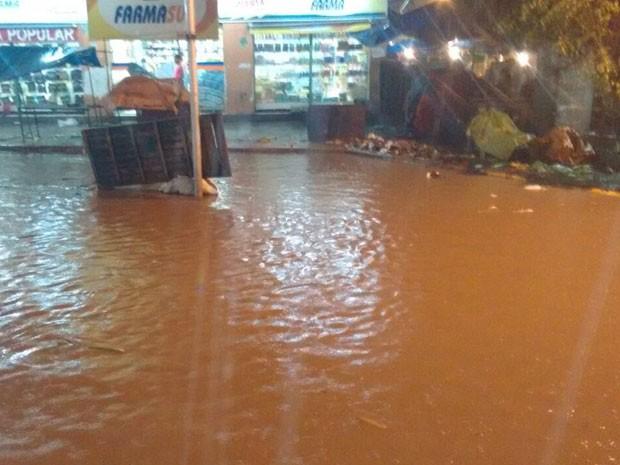 Água se acumula na Av. Presidente Kennedy, em Peixinhos (Foto: Reprodução / WhatsApp)