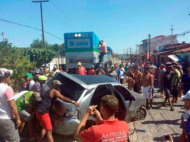 Carro foi arrastado por 100 metros após ser atingido por trem no bairro Bom Pastor (Foto: Emmily Virgílio/Inter TV Cabugi)