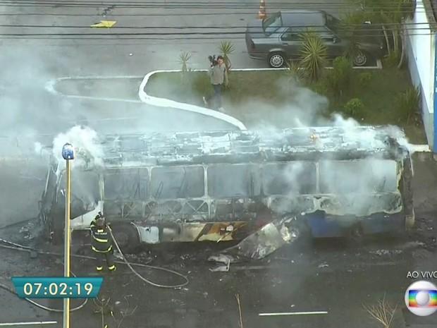Às 7h o fogo estava controlado no ônibus incendiado na Marginal Tietê, na altura da Ponte do Tatuapé, nesta terça-feira (12) (Foto: Reprodução/TV Globo)