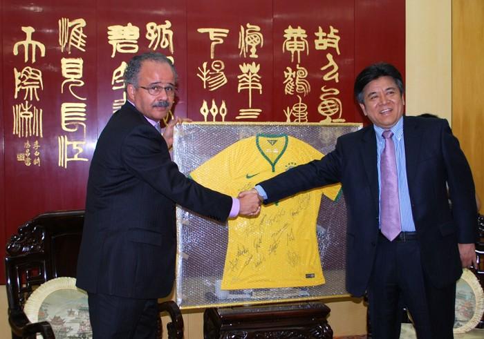 Vicente Cândido, diretor de assuntos internacionais da CBF, e Li Jinzhang, embaixador da China no Brasil