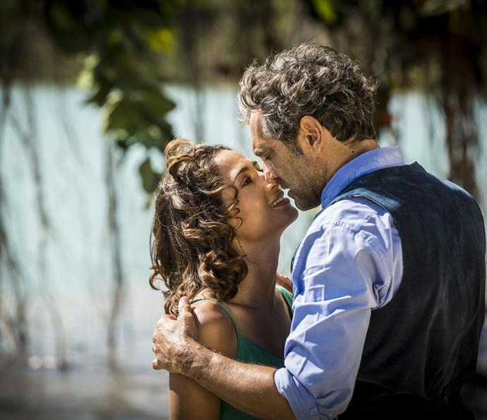 Santo e Tereza trocam beijos apaixonados (Foto: Inácio Moraes/Gshow)