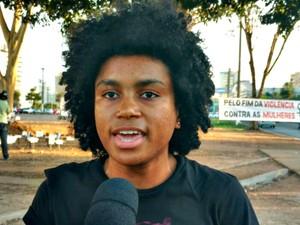 Jacqueline de Oliveira, uma das organizadoras do ato em Cuiabá (Foto: Lislaine dos Anjos/G1)