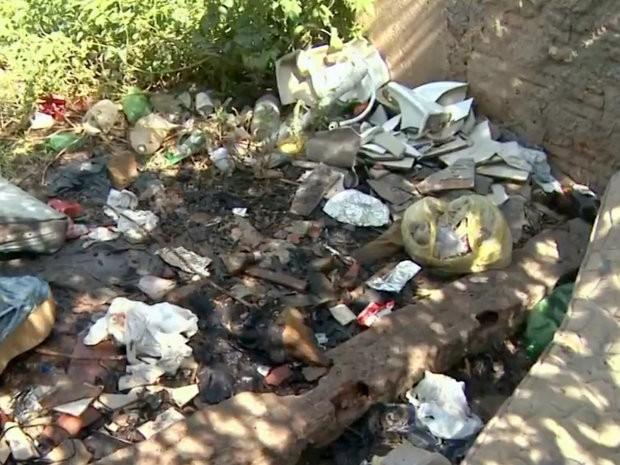 Depósito de lixo nos fundos de alojamento de trabalhadores em obra do 'Minha Casa Minha Vida' em Piracicaba (Foto: Reprodução/EPTV)