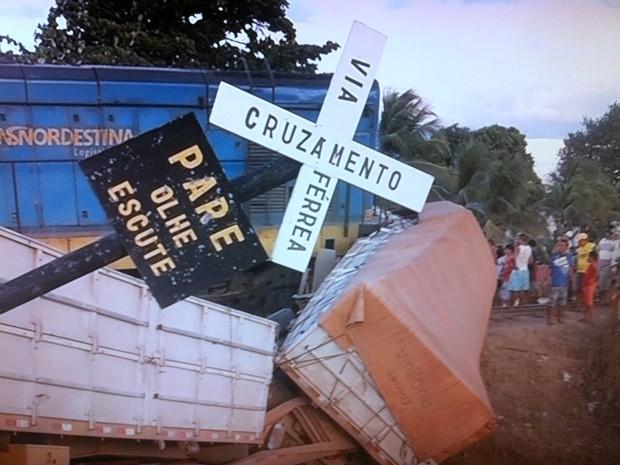Motorista tentou frear, mas veículo não parou a tempo, diz bombeiros (Foto: TV Verdes Mares/Reprodução)