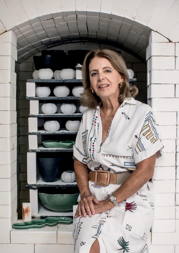 Em frente ao forno do ateliê, Anna usa vestido Cris Barros e cinto Daslu (Foto: Deco Cury)