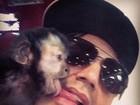 Latino ganha 'beijo de língua' de macaco de estimação