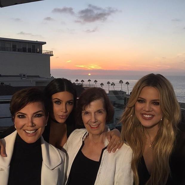 Kris Jenner, Kim Kardashian, Mary Jo Shannon e Khloe Kardashian em restaurante em Los Angeles, nos Estados Unidos (Foto: Instagram/ Reprodução)