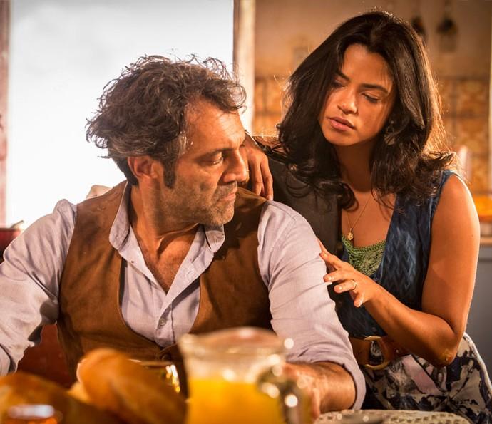 Luzia aponta mato na camisa do marido e pergunta o quão longe foi (Foto: Felipe Monteiro/ Gshow)